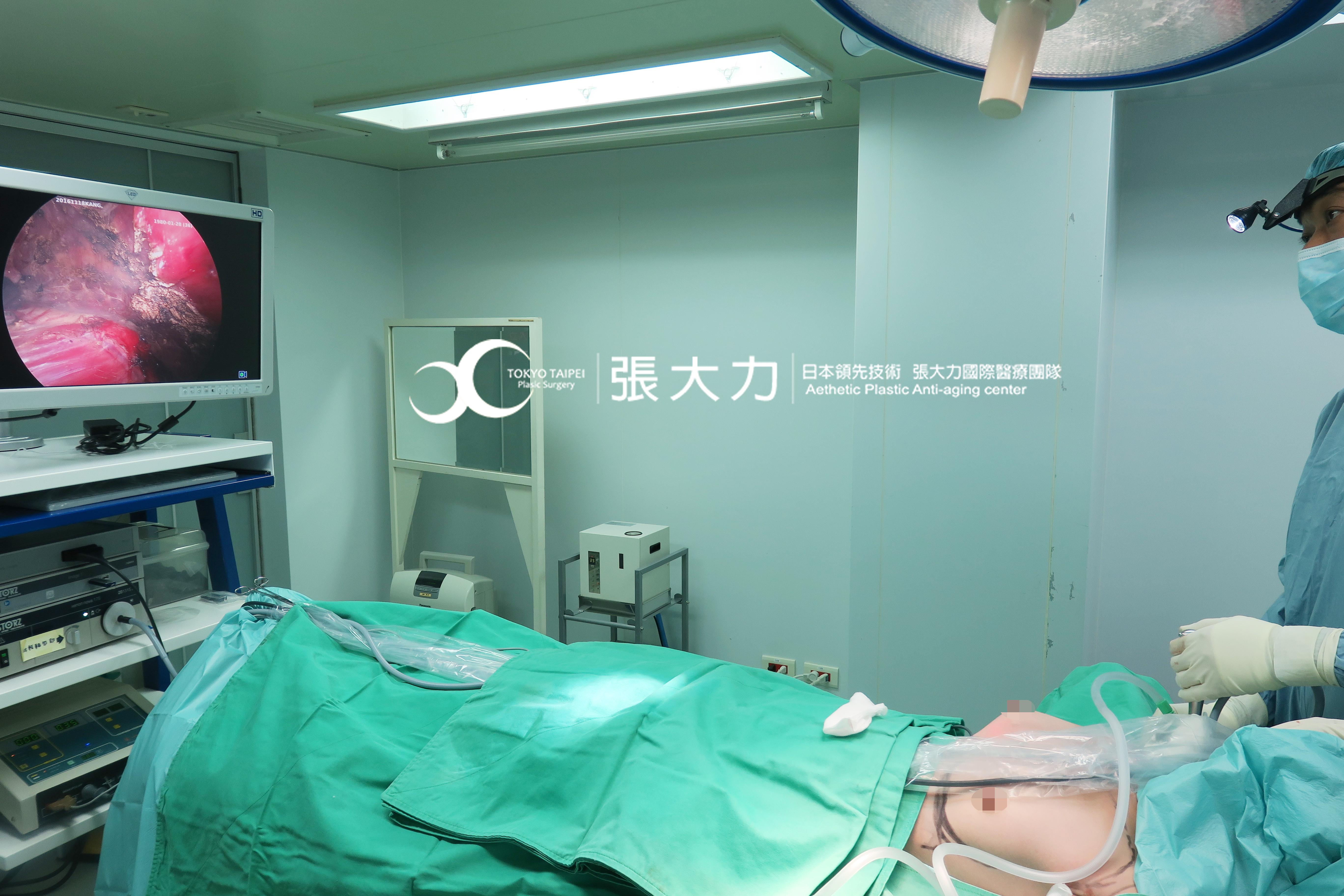 隆乳手術中-東京風采整形外科診所